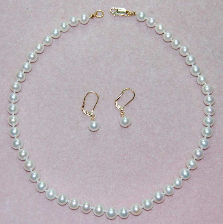 Pearl Knotting - How to knot a string of pearls - Making Jewelry
